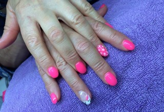 Unhas de gel com a Hello Kitty